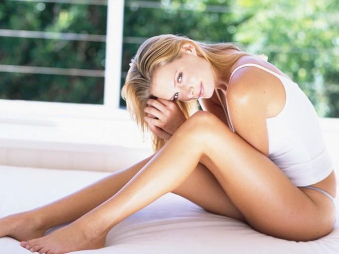 Девушка сиди на терассе