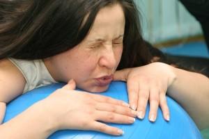 Женщина терпит боль