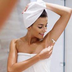 Удаление волос из подмышки