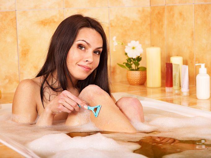 Бритье ног в ванной