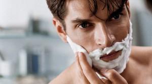 Юноша бреется