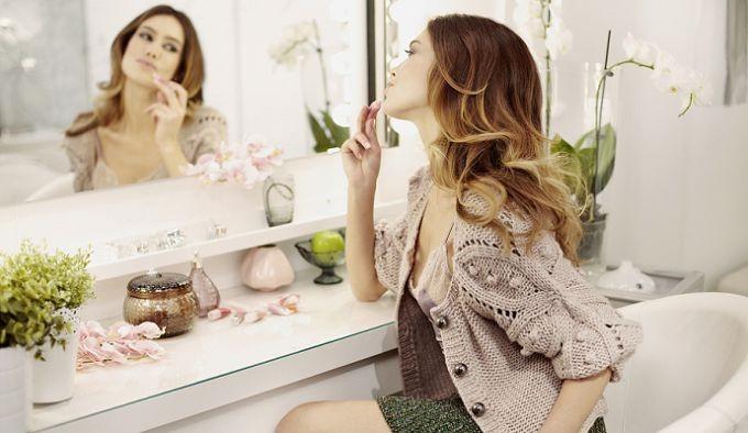 Девушка смотри в зеркало